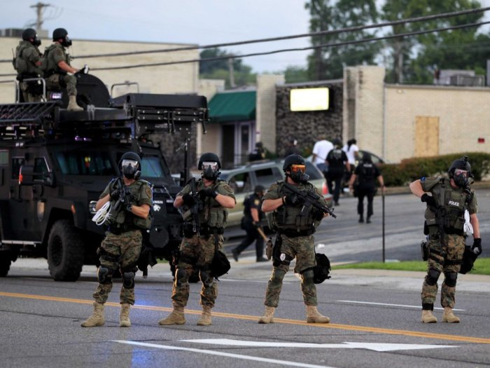 Militarised police deployed in Ferguson